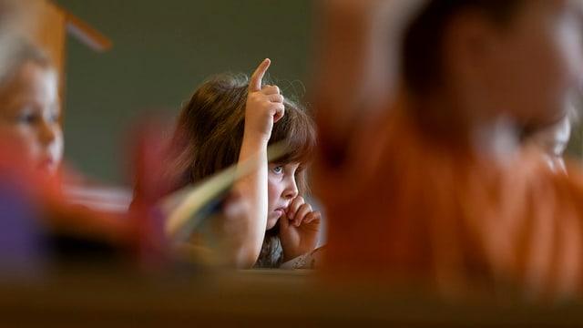 Kind beteiligt sich am Schulunterricht.