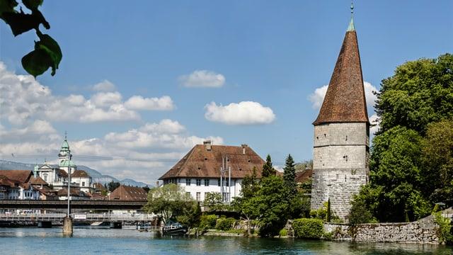 Der Krummturm. Links die Eisenbahnbrücke und das Alte Spital.