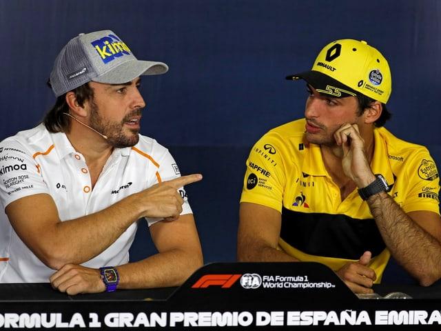 Fernando Alonso und Carlos Sainz jr. bei einer PK.