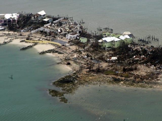 Luftaufnahme von Bahamas mit zerstörten Häusern.