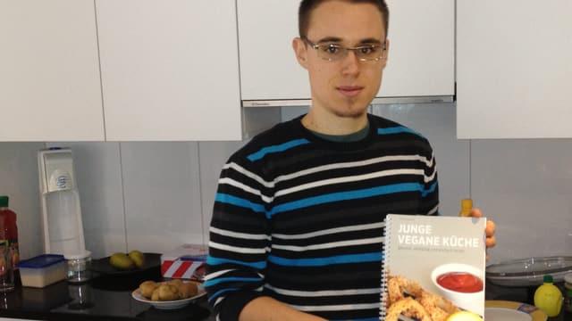 Philip Hochuli präsentiert sein Veganer-Kochbuch.