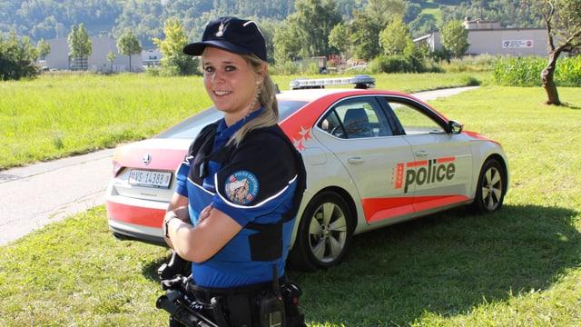 Marianne Kuonen posiert vor einem Polizeiauto.