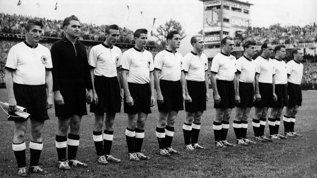 Die Deutsche Mannschaft in Reih und Glied im Berner Wankdorfstadion