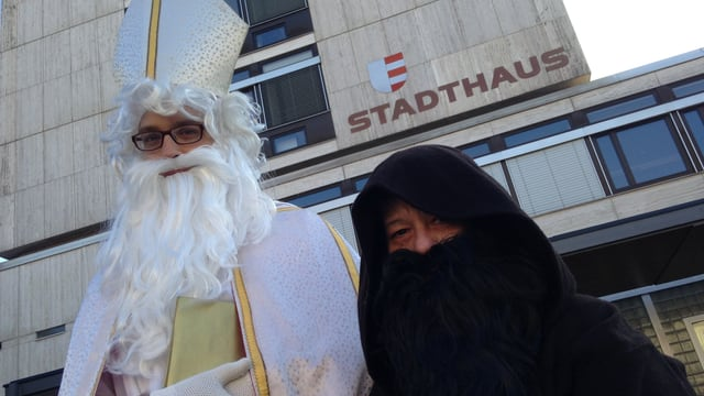 Samichlaus und Schmutzli vor dem Stadthaus Uster