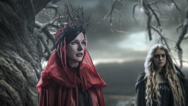 Hexe Nimue mit Dornenkrone und rotem Kopftuch bestückt
