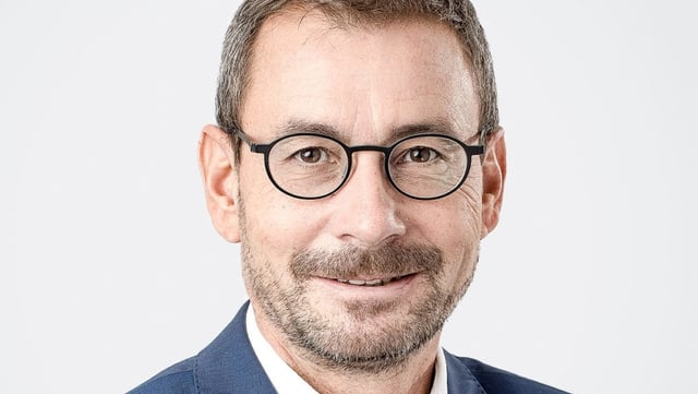 Mann mit Brille im Porträt