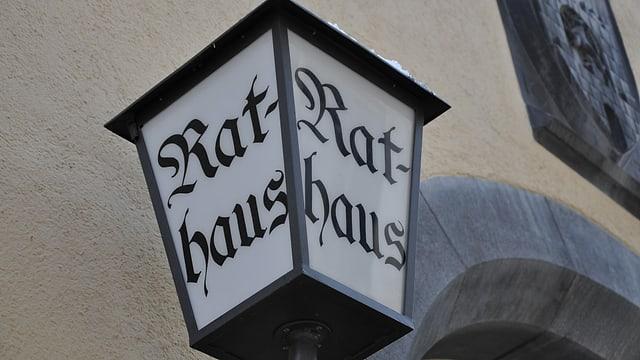 Laterna cun scrit si Rathaus.
