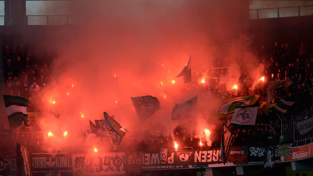 Fans des FC St. Gallens zünden Pyros im Stadion
