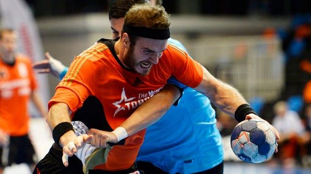 Zwei Handballspieler kämpfen um einen Ball