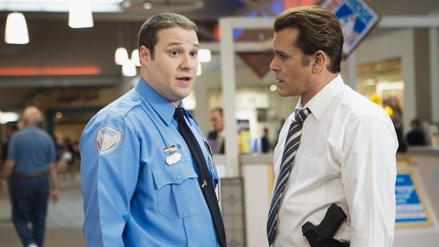 Zwei Männer in Uniform in einem Shoppingcenter.