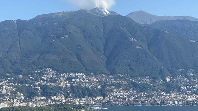 Blick über den Lago Maggiore nach Locarno und den brennenden Wald in der Nähe der Cimetta.