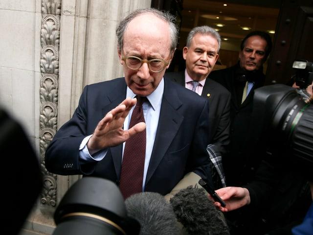 Malcolm Rifkind wehrt wartende Journalisten ab