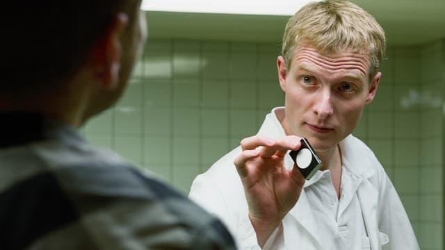 Ein Mann in einem Ärztekittel.