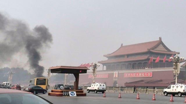 Eine Rauchsäule über dem Tiananmen-Platz