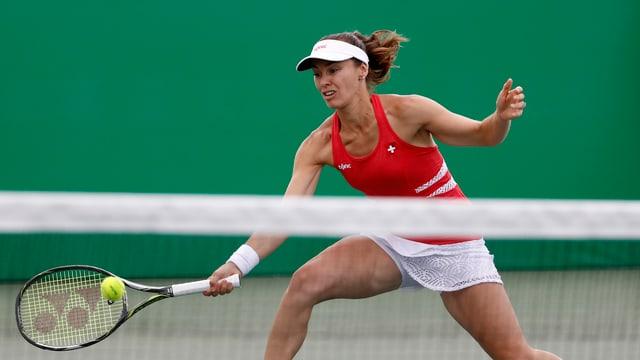 Martina Hingis spielt am Netz einen Ball.