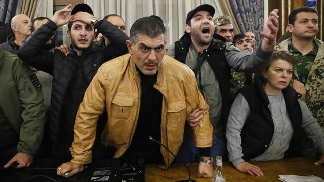 «Wir geben unser Land nicht auf»: Nach der Ankündigung der Waffenruhe für Berg-Karabach stürmten Armenier in der Hauptstadt Eriwan Regierungsgebäude.