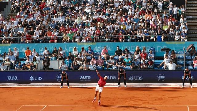 Djokovic spielt auf dem Tennisplatz, dahinter die Zuschauerreihen.