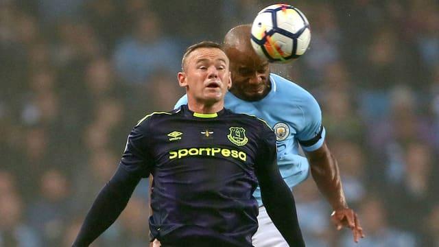 Wayne Rooney (vorne) im Zweikampf mit Vincent Kompany.