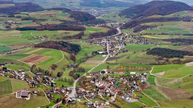Die Ortschaften Effingen, vorne, und Bözen im Oberen Fricktal, Kanton Aargau, aufgenommen 2010.