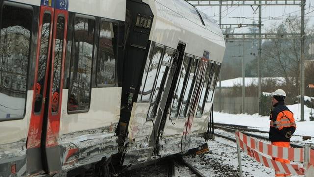 Der entgleiste Regionalzug in Lenzburg, daneben ein Arbeiter.