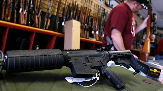 Ein Waffenladen mit Gewehren in den USA.