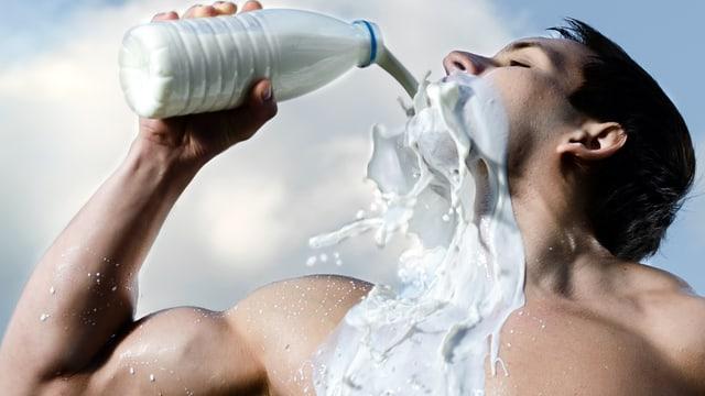 Muskulöser Mann leert sich lustvoll Milch ins Gesicht