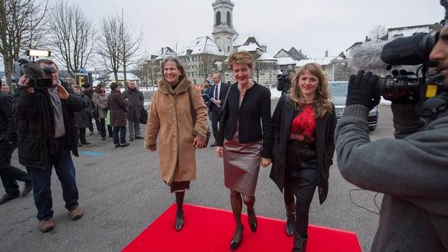 Christine Beerli, Bundesrätin Simonetta Sommaruga und Filmtage-Direktorin Seraina Rohrer auf dem roten Teppich in Solothurn.