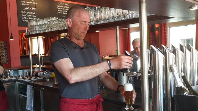 In um lascha ora ina biera en in glas.
