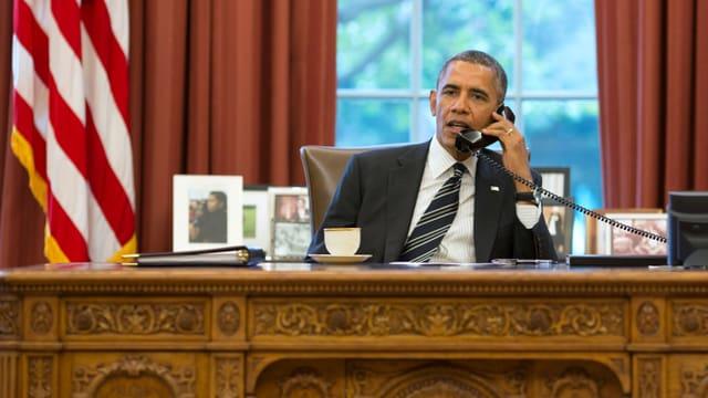 US-Präsiden Obama telefoniert in seinem Büro.