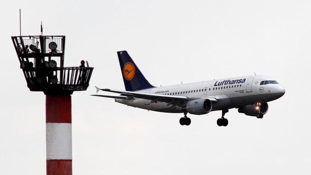 Flugzeug der Lufthansa im Landeanflug.