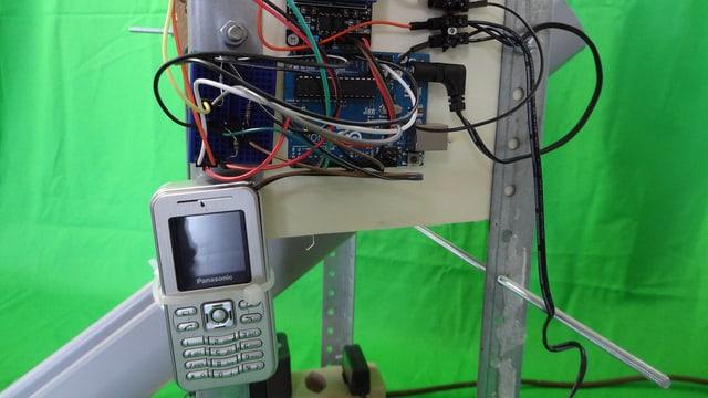 Wiederverwertet: Das alte Handy löst über den Stromimpuls des Vibrators mit jedem Klingeln eine Umdrehung aus.