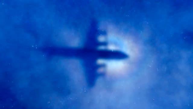 Der Schatten einer P3-Orion auf den Wolken