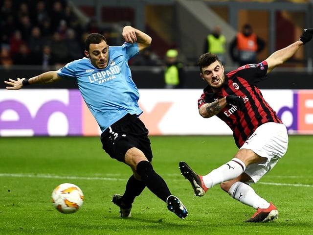 Zweikampf im Spiel zwischen Milan und Düdelingen
