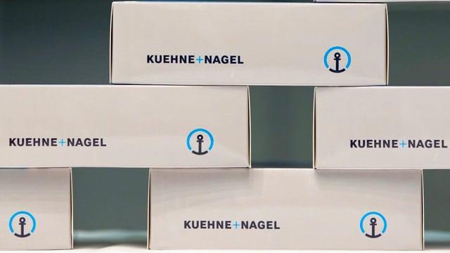 stgatlas emplunadas cun il logo da la firma Kühne+Nagel