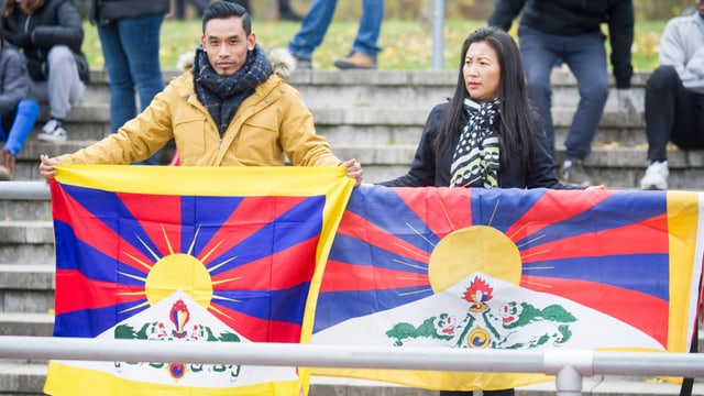 Zuschauer mit Tibet-Fahnen
