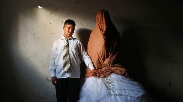 Braut und Bräutigam in einem Raum.