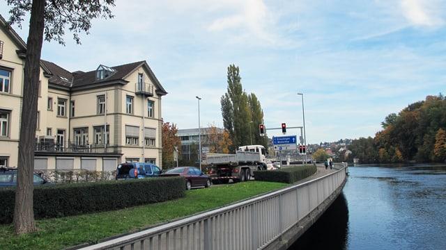 Verkehr am Schaffhauser Rheinufer.