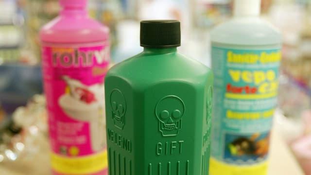 Verschiedene Produkte mit giftklassigen Inhalten stehen in einer Apotheke auf einem Regal.