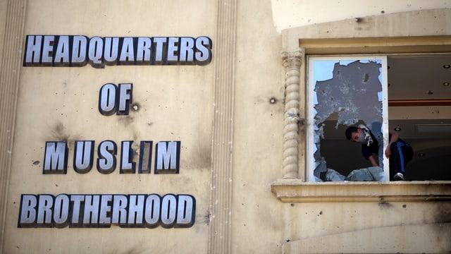 Mursi-Gegner zerstören das Hauptquartier der Muslimbruderschaft