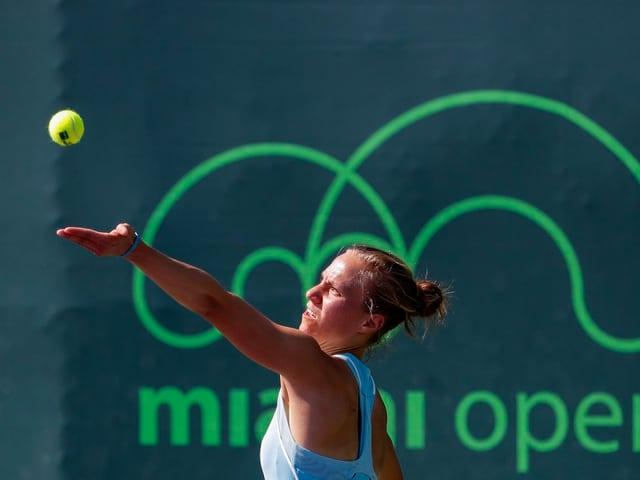 Viktorija Golubic wirft sich den Ball zum Service auf.