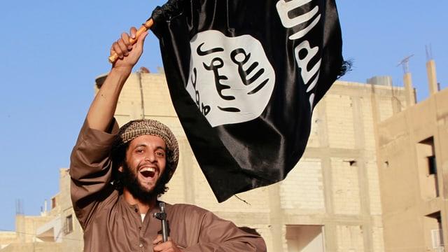 Lachender Mann hält eine Flagge hoch.