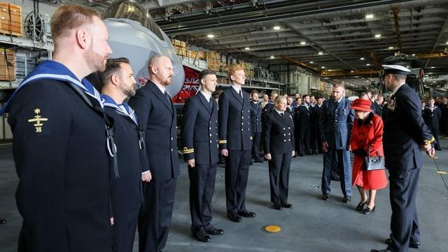 Queen begrüsst die leitende Besatzung des Flugzeugträgers.