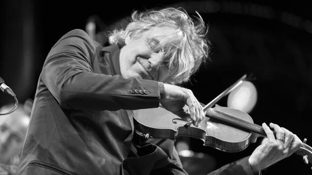 Didier Lockwood spielt Geige.