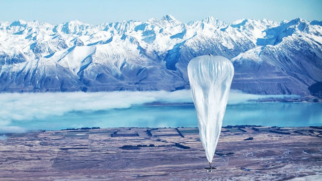Grosser Ballon schwebt über Neuseeland.