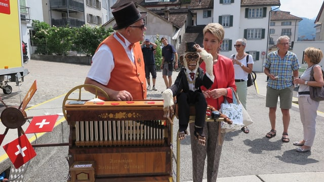 Ein Orgelspieler trifft auf Karin Keller-Sutter