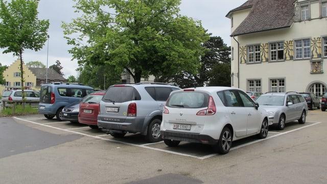Autos stehen auf Parkplätze vor dem alten Schützenhaus auf der Breite in Schaffhausen