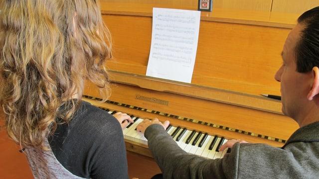 Timon Altwegg beim Klavierunterricht