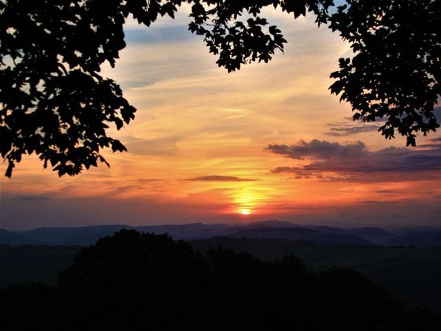Blick von der Bütschelegg über die weite Landschaft, kurz nach Sonnenaufgang.