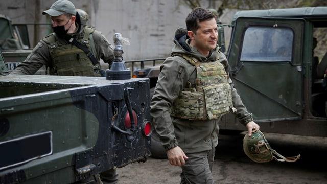 Der ukrainische Präsident Selenski bei einem Truppenbesuch im Donbass.
