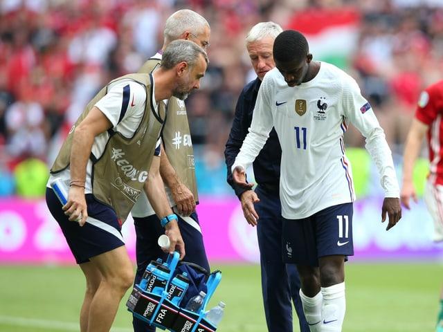 Ousmane Dembélé verlässt frustriert das Spielfeld.